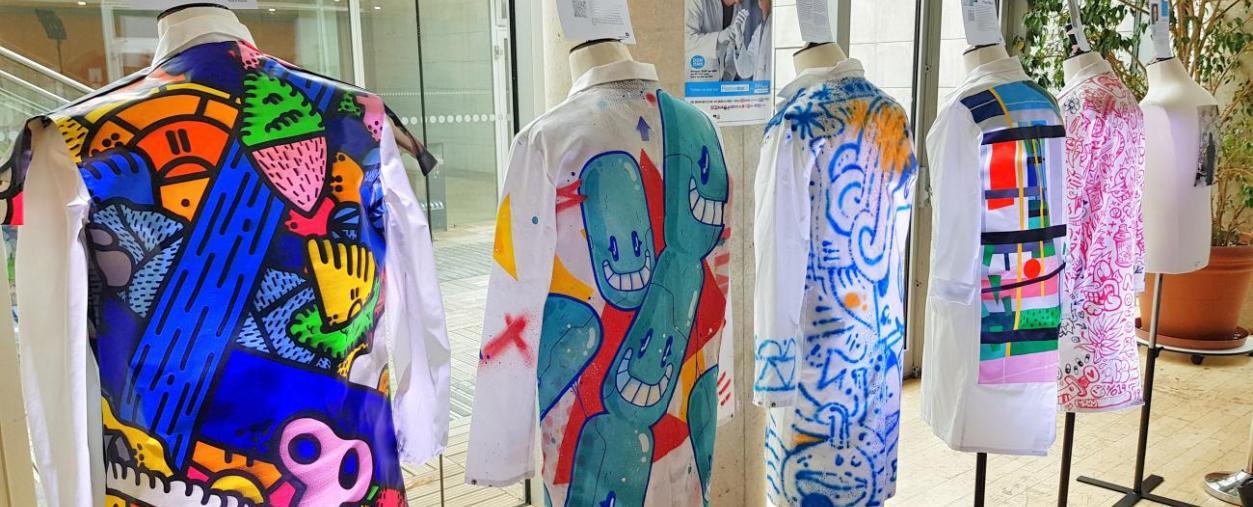 Catawiki et 12 artistes contemporains s'associent pour la vente aux enchères de blouses customisées afin de soutenir les chercheurs de l'Institut Pasteur