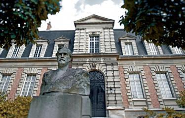 Buste de Louis Pasteur et bâtiment historique de l'Institut Pasteur - Institut Pasteur